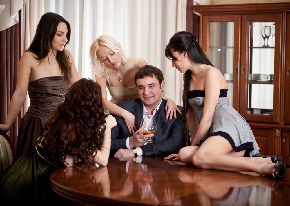 signs youre dating a womanizer