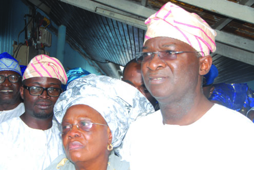 gov.-fashola-his-mother-omolara-and-his-brother-at-the-lying-in-state.photos...idowu-ogunleye_2_