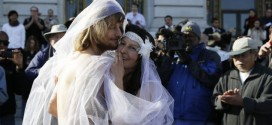 Couple Arrested After They Got Married Completely Núde While Crowd Watched