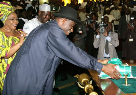 President-Goodluck-Jonathan-laying-the-budget-proposal-before-the-National-Assembly-480x3361