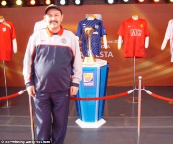 Bolton Pose With the World Club Cup Won By United.