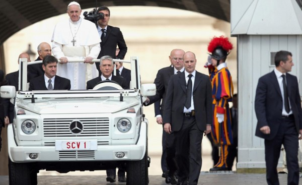 pope-francis-pope-mobile