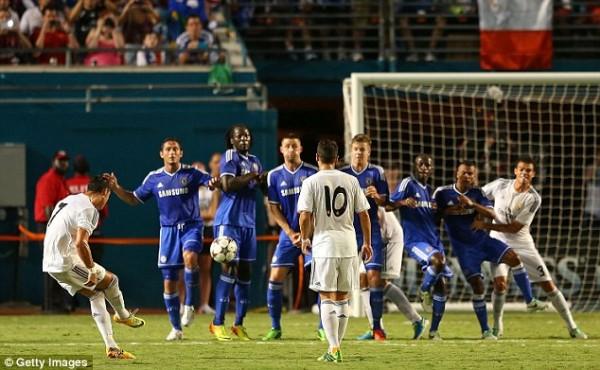 Ronaldo Scores a Free Kick From 25 Yards.