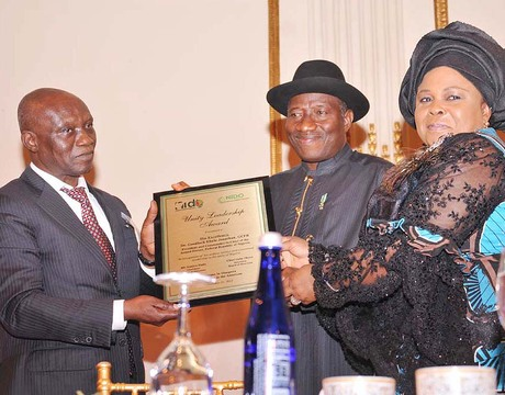 PRESIDENT GOODLUCK JONATHAN (M); FIRST LADY, DAME PATIENCE JONATHAN (R), RECEIVING A SOUVENIR FROM THE PRESIDENT, NIGERIANS IN DIASPORA ORGANISATION (NIDO), MR GANIYU DADA, DURING A MEETING  IN NEW YORK ON SUNDAY