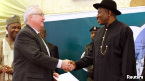 DON PRIESTMAN, CEO OF TRANSMISSION COMPANY OF NIGERIA (TCN) SHAKES HANDS WITH NIGERIA'S PRESIDENT GOODLUCK JONATHAN (R) DURING THE PRESIDENTIAL POWER REFORM TRANSACTIONS SIGNING CEREMONY.
