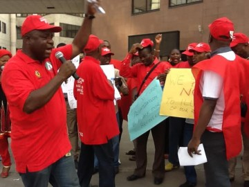 PROTESTING NNPC STAFF (CREDITS: FRIDAY OLOKOR)
