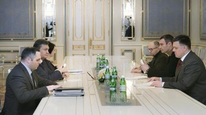 Crisis meeting ... Ukraine's President Viktor Yanukovych, second left, talks to opposition leaders Oleh Tyahnybok, first right, Vitali Klitschko, second right, and Arseniy Yatsenyuk, third right, in Kiev. Photo: AP