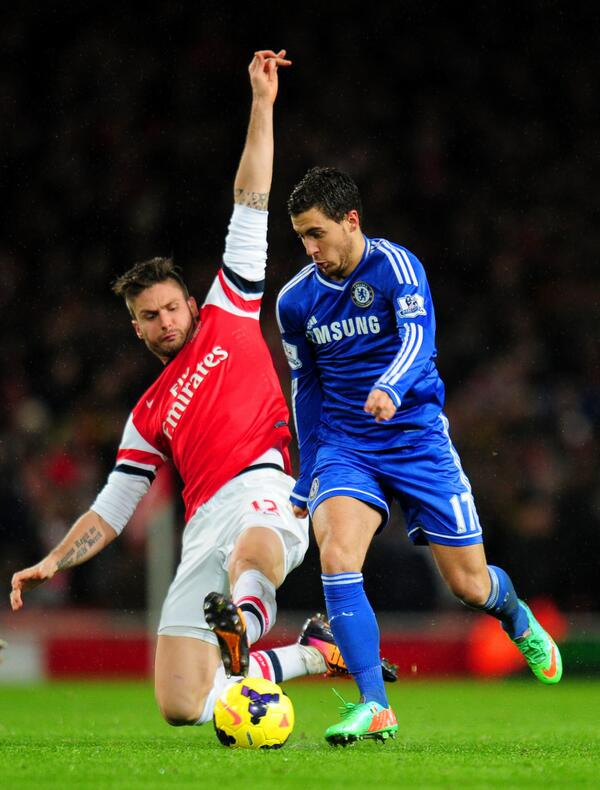 Hazard Tries Dribbling Giroud During a League Game.