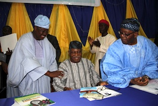 governor-abiola-ajimobi-greeting-chief-reuben-fasoranti-while-chief-olaniwun-ajayi-watches-in-admiration