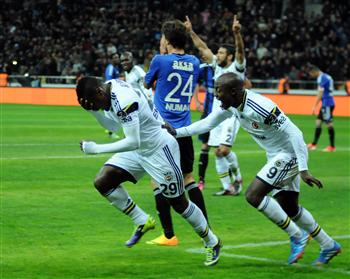 Emmanuel Emenike Celebrates Scoring for Fenerbahce.
