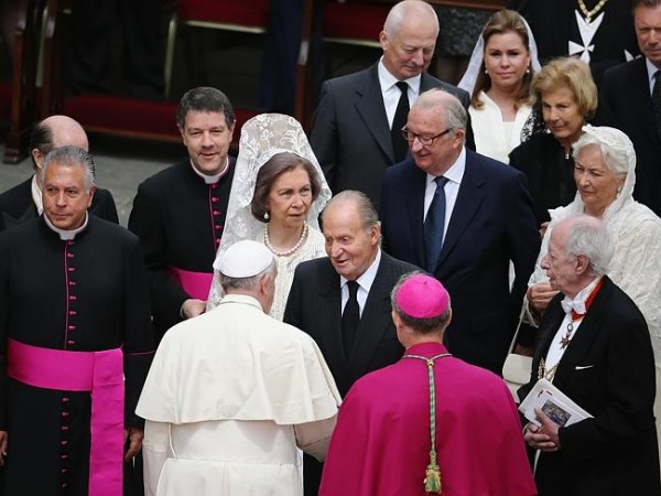 Pope Francis greets King Juan Carlos and Queen Sofia of Spain (L) followed by King Albert II (back C) and Queen Paola (R) of Belgium after the canonisation in which John Paul II and John XXIII were declared saints. Source: Getty Images
