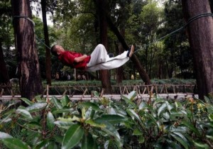 The Rope-Sleeper – This Chinese Man Can Sleep On A Single Rope