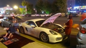 Porsche-Owning Rich Teen Sells Scarves on Road-Side for Fuel Money